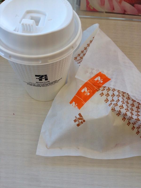 セブンイレブンのホットコーヒーと肉まん